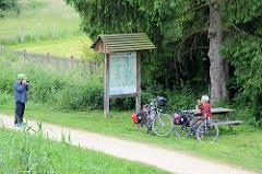 Fahrrad-Rastplatz auf der Fernroute Alte Salzstraße am Elbe Lübeck Kanal; Fahrradfahrer mit bepackten Fahrrädern pausieren.