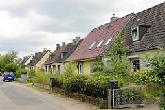 Siedlungshäuser - Doppelhäuser der 1950er Jahre, schmale Vorgärten - Jägerzaun, Birkenweg in Barsbüttel.