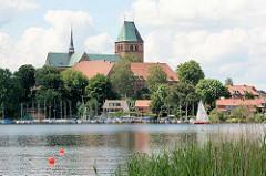 Blick über den Domsee zum Ratzeburger Dom -  romanische Backsteinarchitektur, ab 1160 erbaut; gestiftet von Heinrich dem Löwen als Bischofskirche des Bistums Ratzeburg.