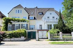 Doppelhaus Villa mit Garage - Architektur im Hamburger Stadtteil Heimfeld.