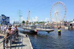 Die Drehbrücke / Fussgängerbrücke über den Lotsekanal im Harburger Binnenhafen ist geöffnet