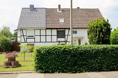 Doppelhäuser der ehem. Hermann Göring Siedlung in Hamburg Wilhelmsburg - Kleinsiedlung mit Fachwerkhäusern, erbaut 1934 / 1938. Später in Hafen-Siedlungs-Verein umbenannt und jetzt in Verein Kirchdorfer Eigenheimer.