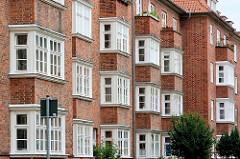 Mehrstöckiger Wohnblock, Ziegelgebäude - Standerker; Architektur in der Hansestadt Lübeck.
