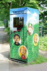Bücherbox am Soltausredder in Barsbüttel; gewidmet der Kinderbuchautorin Kirsten Boie, umgewidmete Telefonzelle.  Eine Bücherbox enthält Bücher, die gratis mitgenommen werden können.