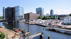 Luftaufnahme vom Binnenhafen in Hamburg Harburg - Blick auf den Kanalplatz und die Gebäude am Westlichen Bahnhofskanal. Die Fussgänger Drehbrücke über den Lotsekanal ist geöffnet.