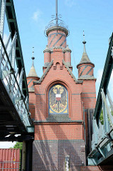 Mosaik mit dem Lübecker Wappen am Brückenturm der Hubbrücke an der Mündung des Travekanals in die Trave bei Lübeck.