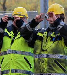 Hafenarbeiter auf dem HHLA Container Altenwerder - Signaljacke und Schutzhelm.