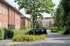 Kasernengebäude der 1936/37 errichteten Bismarck Kaserne in Wentorf bei Hamburg. Jetzt Wohnnutzung - im Hintergrund neu errichtete Wohngebäude.