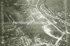 Historische Luftaufnahme von Hamburg Winterhude / Eppendorf - Blick auf den Lauf der Alster. Im Vordergrund die Brücke Hudtwalckerstraße mit dem Winterhuder Fährhaus - in der oberen Bildhälfte das Freibad / Schwimmbad am Lattenkamp.