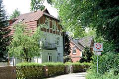 Wohnen im Grünen - Villa im Heimatstil, oberes Stockwerk mit Fachwerk - Walmdach; Architektur in Wentorf bei Hamburg.