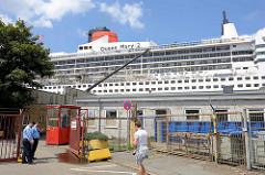 Eingang für die Crewmitglieder der Queen Mary, die im Trockendock der Hamburger Werft Blohm + Voss auf Steinwerder liegt.