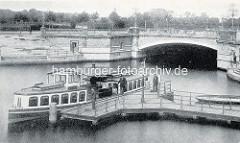 Historisches Dampfboot / Alsterdampfer auf dem Mundsburger Kanal am Anleger - im Hintergrund die Mundsburger Brücke in Hamburg Uhlenhorst.
