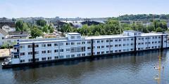 Wohnschiff Transit am Kanalplatz im Binnenhafen von Hamburg Harburg - auf den drei Decks finden bis zu 216 Menschen Platz.