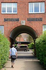 Das Tor der Hoffnung ist eine unter Denkmalschutz stehende Wohnanlage mit zugehörigem Park am Ufer der Wakenitz auf Lübeck-Marli.  Erbaut 1937 - Architekt Willy Glogner.  Auf der einen Seite des Tordurchgangs steht die Inschrift Was es auch Gewaltige