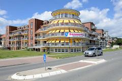 Senioren- und Therapiezentrum Barsbüttel, Am Akku - gelbe Jalousien, Verkehrsinsel.