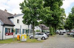 Deputatshäuser an der Dorfstraße in Glinde - in den 1970er Jahren konnte der Abriss der historischen Häuser verhindert werden. Deputatshäuser wurden Landarbeitern für einen Teil ihres Lohns zur Verfügung gestellt.