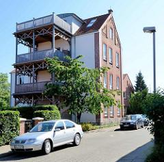 Wohnhaus / Speichergebäude mit Ziegelfassade und angesetzten Holzbalkons / Holzterrassen in der Gartenstraße von Lauenburg / Elbe.