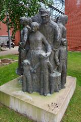 Skulptur Familie, Menschengruppe vor dem Albert-Schweitzer Familienwerk in Bleckede.