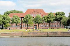 Kanalufer vom Travekanal in der Hansestadt Lübeck - Gebäude der VHS am Falkenplatz.