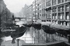 Historische Aufnahme vom Alsterfleet - im Vordergrund ein Ausschnitt der Schleuse, im Hintegrund die Adolphsbrücke; mit Kohle beladene Schuten.