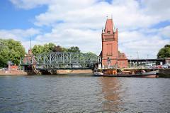 Mündung der Kanaltrave in die Trave; Hubbrücke / Marstallbrücke - im 25m hohen Brückenturm befinden sich die Hydraulikzylinder, die die Bewegung der Hubbrücke erzeugen.