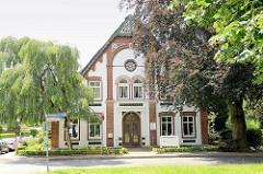 Historisches Landwirtschaftsgebäude - geschnitzter Giebel, jetzt Gewerbenutzung und Wohnraum - Hauptstraße von Barsbüttel.