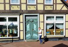 Geschäft in der Breiten Straße von Bleckede - Fachwerkhaus mit Schmucktür; Schnitzereien.