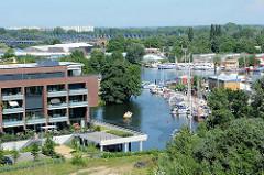 Luftaufnahme vom Harburger Binnenhafen - Blick auf die Östliche Binnengraft und die Marina vom Yachtclub Hansa Harburg - im Hintergrund die Elbbrücken über die Süderelbe.