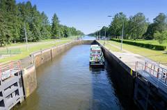 Witzeezeschleuse am Elbe-Lübeck-Kanal, ein Arbeitsboot liegt in der Schleusenkammer.