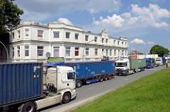 Wohnhaus - Gründerzeit am Deich in Hamburg Wilhelmsburg - Lastwagenverkehr, Containerlaster.