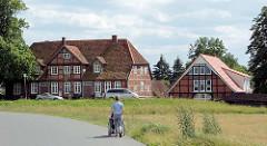 Fachwerkhäuser hinter dem Deich in Bleckede / Elbe.