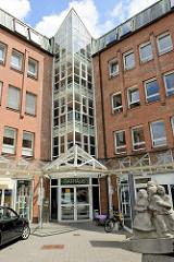 Eingang vom Rathaus Glinde, verglastes Treppenhaus, erbaut 1991 - Skulptur Balance, Bildhauer Rainer Gualterio Anz - 1993.