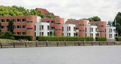 Moderne Architektur - Neubauten am Ufer vom Travekanal in Lübeck.