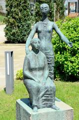 Bronzefiguren, zwei Frauen am Eingang von Pflegen & Wohnen in Hamburg Heimfeld.