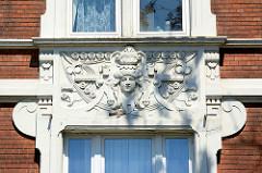 Aufwändiges Jugendstildekor - Fassadenschmuck eines Wohnhauses in der Hafenstraße von Lauenburg / Elbe.
