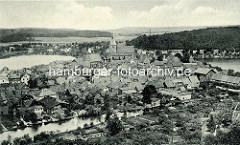 Altes Luftbild / Flugbild der historischen Altstadt von Mölln - im Bildzentrum die St. Nikolaikirche; im Vordergrund der Mühlenbach, lks. der Stadtsee und re. der Schulsee.