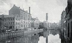 Historische Ansicht vom Bleichenfleet in der Hamburger Neustadt - am Ufer lks. ein mehrstöckiges Gewerbegebäude / Druckerei - am Fleetende die Stadtwassermühle.