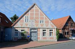 Wohnhaus mit Speicher - Fachwerkgebäude mit Schmucktür, Bleckede / Elbe.