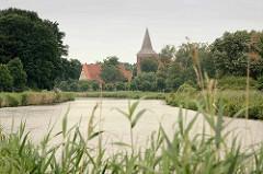 Elbe-Lübeck-Kanal bei Berkenthin - im Hintergrund die Maria Magdalena Kirche