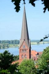 Kirchturm der Maria- Magdalenen-Kirche in Lauenburg; im Hintergrund die Elbe.