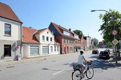 Wohn- und Geschäftshäuser - unterschiedliche Baustile und Bauhöhe, Hamburger Straße - Lauenburg.