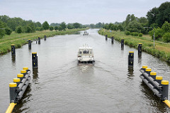 Boote verlassen eine Schleuse auf dem Elbe-Lübeck-Kanal.