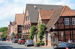 Geschäftsstraße in Bleckede - Fachwerkhäuser und Neubauten; Breite Straße.