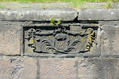 Wappen und Jahreszahl 1774 an der Schleusenmauer der historischen Palmschleuse in Lauenburg.