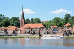 Elbufer der Elbe bei Lauenburg - historische Fachwerkhäuser der Lauenburger Altstadt und der Kirchturm der Maria Magdalena Kirche.