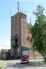 Industriearchitektur in Bleckede - Speicher mit Schütte für die LKW-Beladung am Hafen.