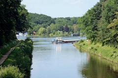 Der Elbe-Lübeck-Kanal bei Mölln - ein Binnenschiff fährt in den Ziegelsee ein.