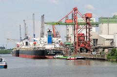 Frachter im Reiherstieg - Industrieanlage in Hamburg Wilhelmsburg.