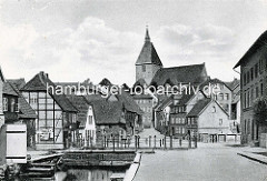 Historische Ansicht von Mölln / Lauenburg - Blick über den Mühlenbach, Fachwerkgebäude und Kirche St. Nikolai, das Wahrzeichen der mittelalterlichen Stadt.