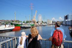 Blick von der Lotsekanal Klappbrücke auf den Harburger Binnenhafen / Lotsekanal - ein Riesenrad ist zum Harburger Binnenhafenfest aufgebaut.